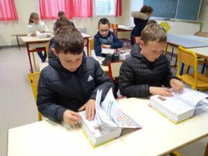 Remise des dictionnaires aux élèves de CE2